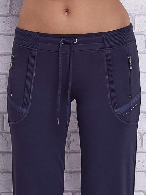Grafitowe spodnie capri z kieszeniami po bokach                                  zdj.                                  4