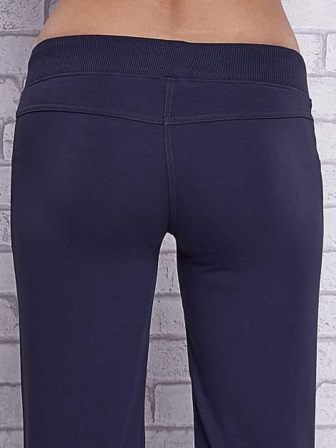 Grafitowe spodnie capri z ozdobnymi dżetami                                  zdj.                                  6