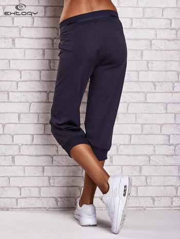 Grafitowe spodnie capri z surowym wykończeniem PLUS SIZE                                  zdj.                                  3