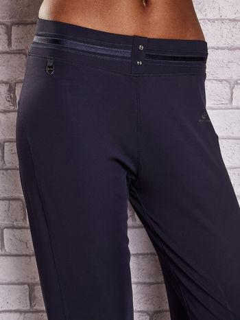 Grafitowe spodnie capri z surowym wykończeniem PLUS SIZE                                  zdj.                                  4