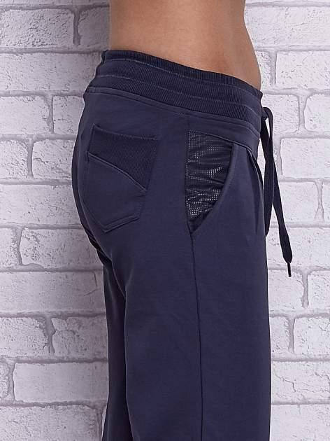 Grafitowe spodnie capri z tylną kieszenią                                  zdj.                                  5
