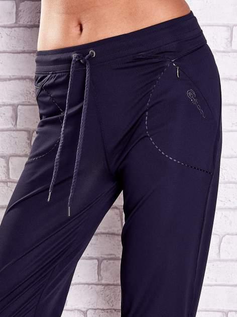 Grafitowe spodnie damskie capri z kieszonką i haftem                              zdj.                              4