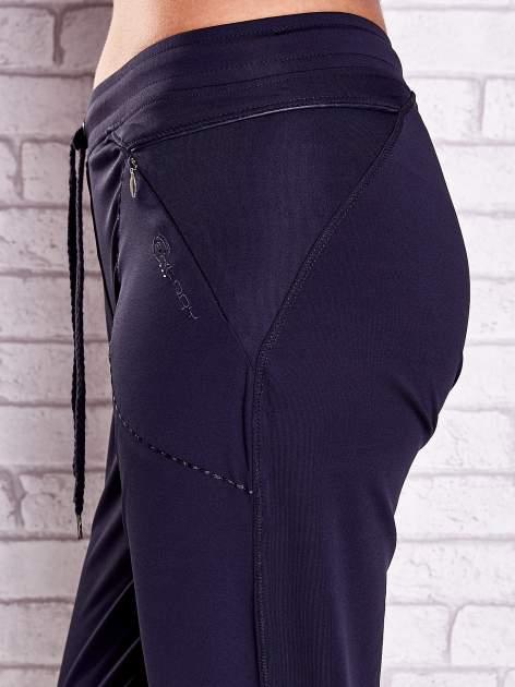 Grafitowe spodnie damskie capri z kieszonką i haftem                              zdj.                              5