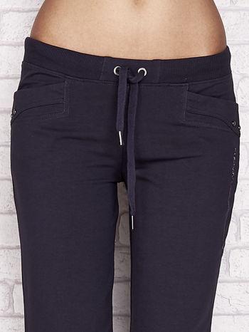 Grafitowe spodnie dresowe capri z aplikacją na kieszeniach                                  zdj.                                  4