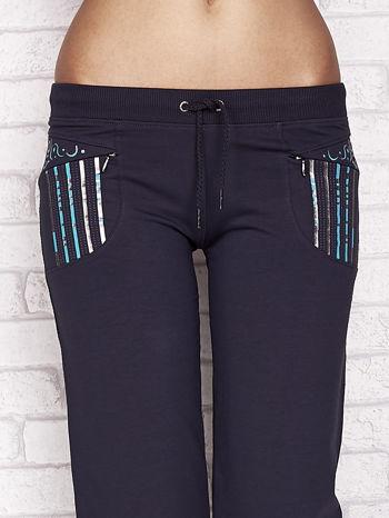 Grafitowe spodnie dresowe capri z dziewczęcymi nadrukami                                  zdj.                                  4