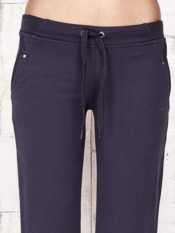Grafitowe spodnie dresowe capri z kwiatowymi kieszeniami                                  zdj.                                  4