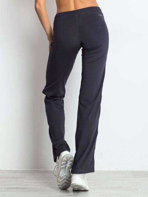 Grafitowe spodnie dresowe z aplikacją                                  zdj.                                  2