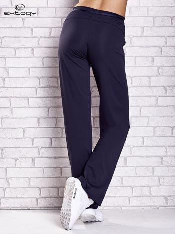 Grafitowe spodnie dresowe z guziczkami PLUS SIZE                                  zdj.                                  2