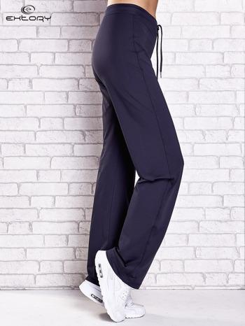 Grafitowe spodnie dresowe z kieszonką i troczkami                                  zdj.                                  2
