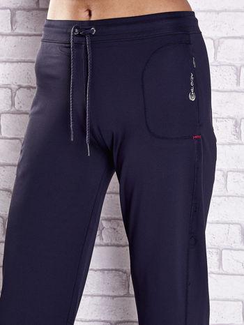 Grafitowe spodnie dresowe z kieszonką i troczkami                                  zdj.                                  4