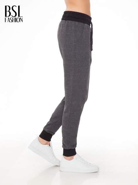 Grafitowe spodnie dresowe z nadrukiem SUGAR po boku nogawki                                  zdj.                                  3