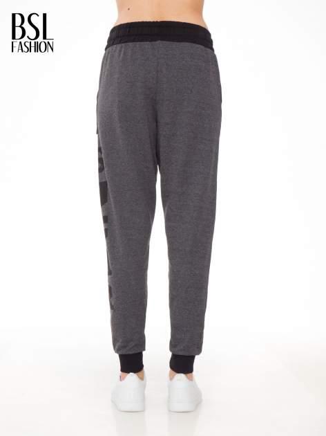 Grafitowe spodnie dresowe z nadrukiem SUGAR po boku nogawki                                  zdj.                                  4