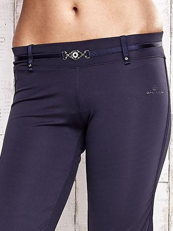 Grafitowe spodnie dresowe z ozdobnym paskiem                                  zdj.                                  4