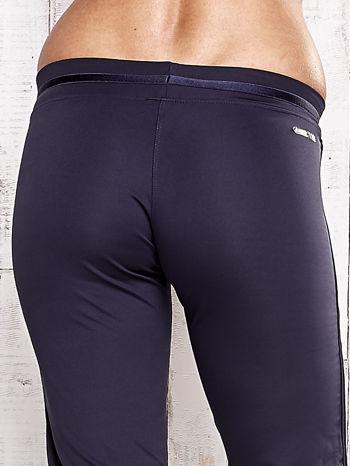 Grafitowe spodnie dresowe z ozdobnym paskiem                                  zdj.                                  6