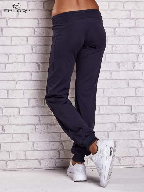 Grafitowe spodnie dresowe ze ściągaczem                                  zdj.                                  2