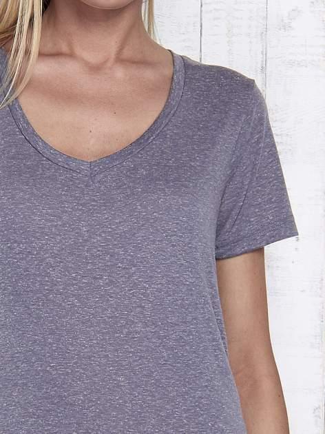 Grafitowy melanżowy t-shirt z trójkątnym dekoltem                                  zdj.                                  7