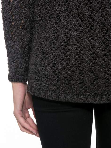Grafitowy sweter o ażurowym splocie                                  zdj.                                  8