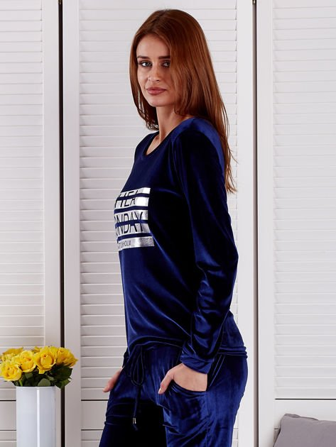 Granatowa aksamitna bluza ze srebrnym nadrukiem                              zdj.                              3