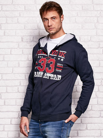 Granatowa bluza męska z kapturem i tekstowym nadrukiem                              zdj.                              3