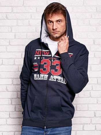 Granatowa bluza męska z kapturem i tekstowym nadrukiem                                  zdj.                                  5