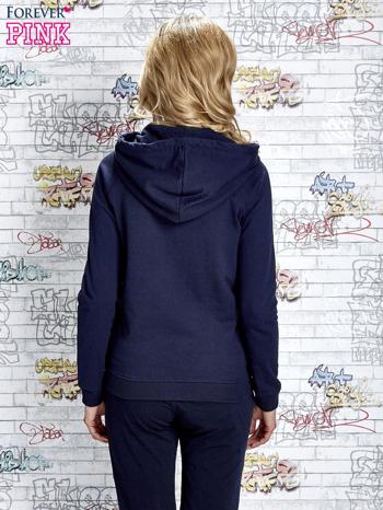 Granatowa bluza z kapturem i miejskim nadrukiem                                   zdj.                                  4