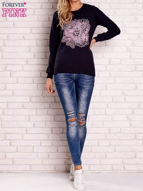 Granatowa bluza z kolorowym nadrukiem                                  zdj.                                  2