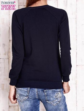 Granatowa bluza z miejskim nadrukiem                                  zdj.                                  4