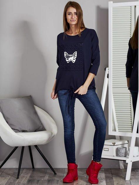 Granatowa bluza z motywem motyli                              zdj.                              4