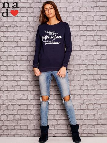 Granatowa bluza z napisem CODZIENNIE BUDZĘ SIĘ PIĘKNIEJSZA                                  zdj.                                  2