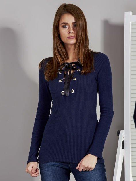 Granatowa bluzka damska ze sznurowanym dekoltem                               zdj.                              1
