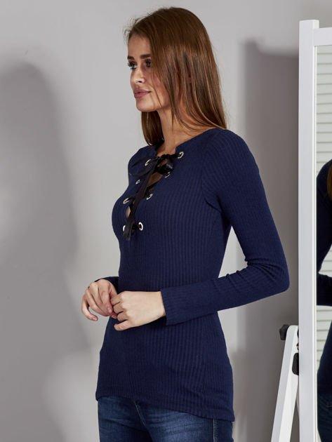 Granatowa bluzka damska ze sznurowanym dekoltem                               zdj.                              3