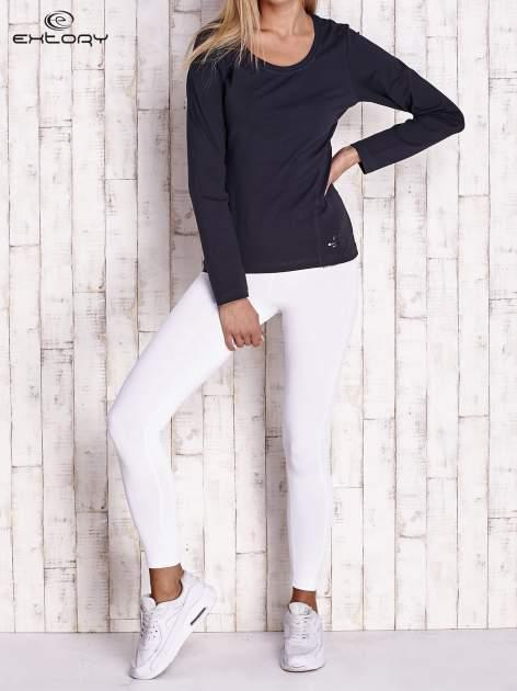 Granatowa bluzka sportowa z dekoltem U                                  zdj.                                  2