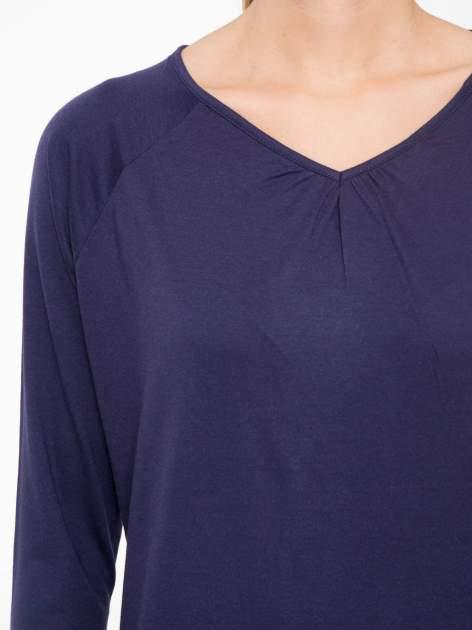 Granatowa bluzka z marszczonym dekoltem i rękawkami 3/4                                  zdj.                                  5
