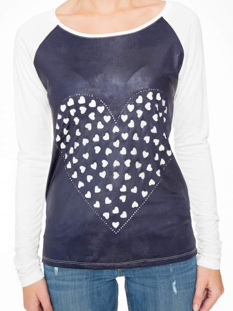 Granatowa bluzka z motywem serca i reglanowymi rękawami                                  zdj.                                  6
