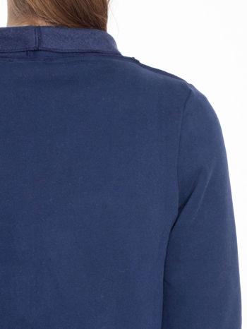 Granatowa bluzonarzutka z klapami o kroju waterfall                                  zdj.                                  7