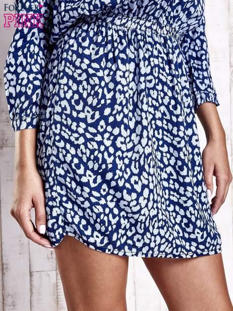 Granatowa denimowa sukienka z graficznym nadrukiem                                  zdj.                                  7