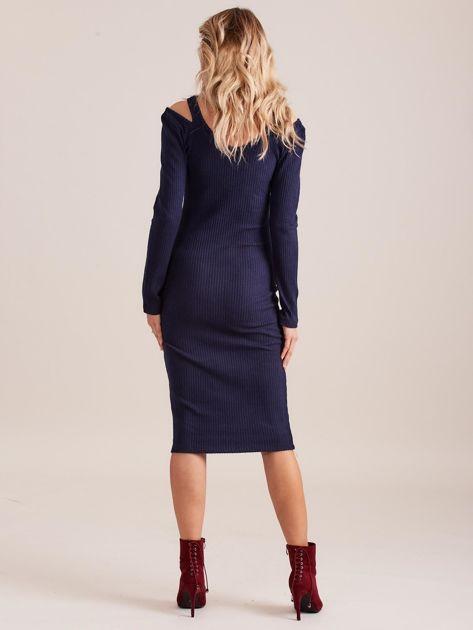 Granatowa dopasowana sukienka cold shoulder                              zdj.                              2