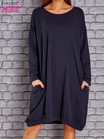 Granatowa dresowa sukienka oversize z kieszeniami                              zdj.                              1