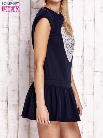 Granatowa dresowa sukienka tenisowa z aplikacją serca                                  zdj.                                  3