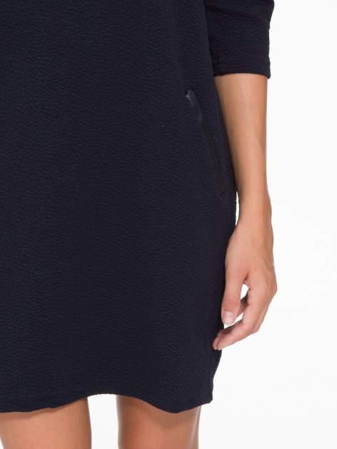 Granatowa fakturowana prosta sukienka ze wstawkami ze skóry                                  zdj.                                  8