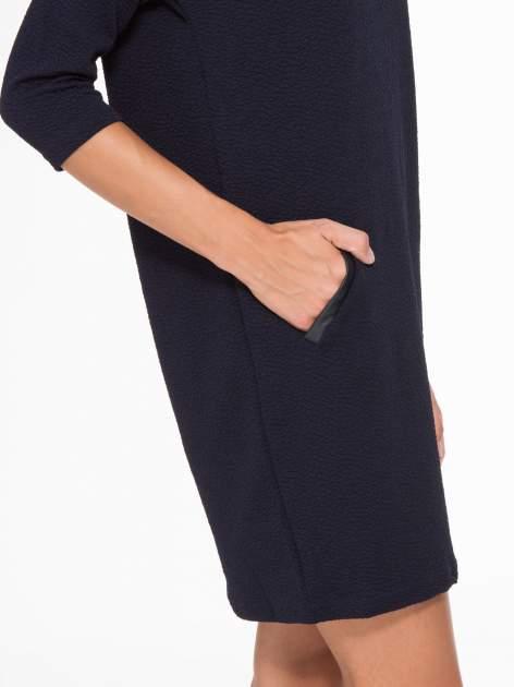 Granatowa fakturowana prosta sukienka ze wstawkami ze skóry                                  zdj.                                  7