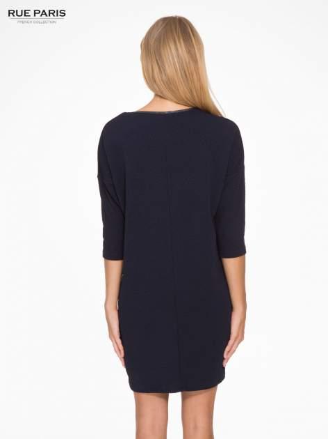 Granatowa fakturowana prosta sukienka ze wstawkami ze skóry                                  zdj.                                  4