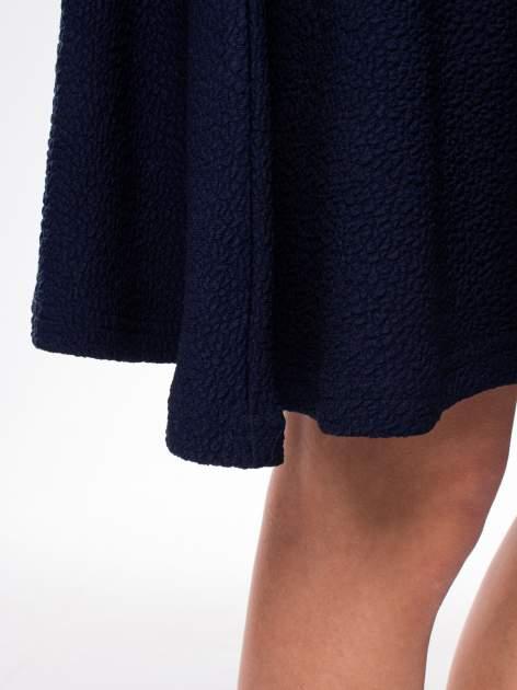 Granatowa fakturowana sukienka z zakładkami i zamkiem z tyłu                                  zdj.                                  9