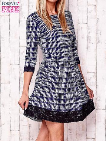 Granatowa graficzna sukienka z koronkowym wykończeniem                                  zdj.                                  3