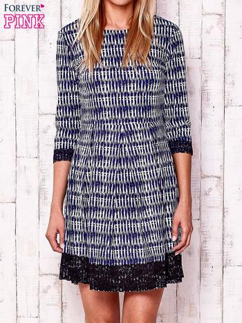 Granatowa graficzna sukienka z koronkowym wykończeniem                                  zdj.                                  1