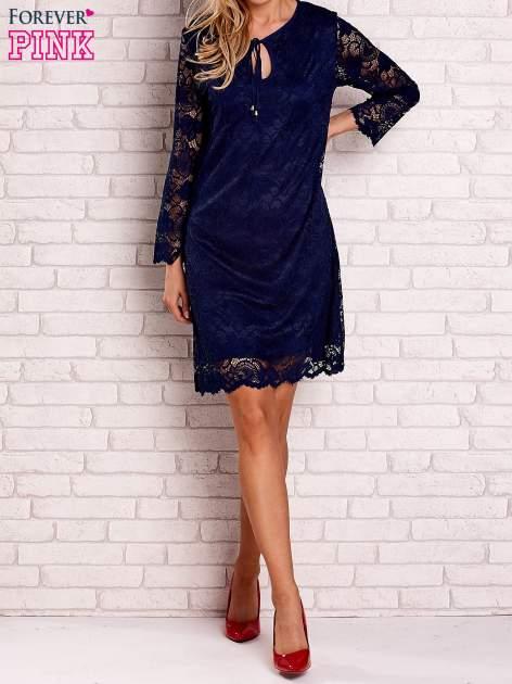 Granatowa koronkowa sukienka z wiązaniem                                  zdj.                                  2