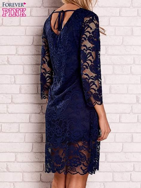 Granatowa koronkowa sukienka z wiązaniem na plecach                                  zdj.                                  4