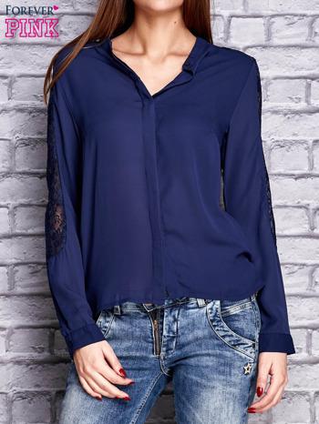 Granatowa koszula z koronkowymi wstawkami na ramionach                               zdj.                              1
