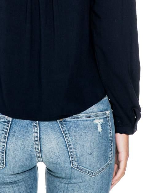 Granatowa koszula ze wzorzystą wstawką w stylu etno                                  zdj.                                  8