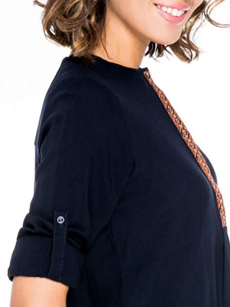 Granatowa koszula ze wzorzystą wstawką w stylu etno                                  zdj.                                  6